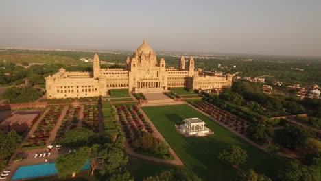 Una-Vista-Aérea-Muestra-El-Palacio-Umaid-Bhawan-Y-Sus-Terrenos-En-Jodhpur-India-1