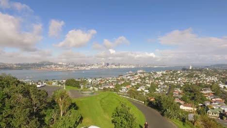 Una-Vista-Aérea-Muestra-A-Los-Turistas-En-Auckland-Nueva-Zelanda-Con-Una-Vista-Del-Horizonte
