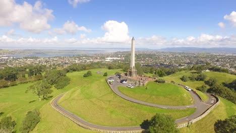Una-Vista-Aérea-Muestra-El-Monumento-Maungakiekie-En-One-Tree-Hill-En-Auckland-Nueva-Zelanda