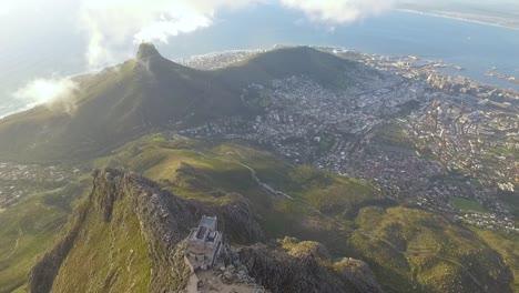 Una-Vista-Aérea-Muestra-La-Montaña-De-La-Mesa-En-Ciudad-Del-Cabo-Sudáfrica-