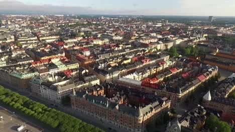 Una-Vista-Aérea-Muestra-De-Estocolmo-Suecia-Se-Retira-Para-Mostrar-Los-Barcos-Atracados-Fuera-De-La-Ciudad-