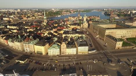 Una-Vista-Aérea-Muestra-Los-Barcos-Atracados-En-Estocolmo-Suecia-1
