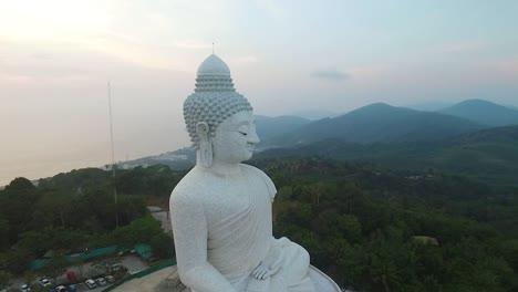 Una-Vista-Aérea-Muestra-El-Gran-Buda-De-Phuket-Ubicado-En-Phuket-Tailandia-Al-Atardecer
