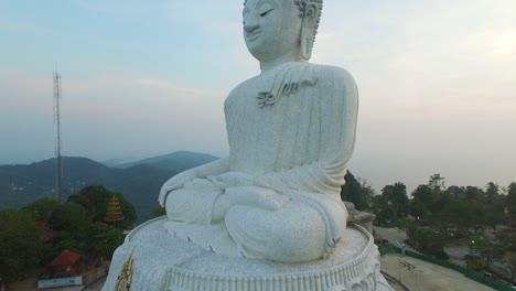 Una-Vista-Aérea-Muestra-El-Gran-Buda-De-Phuket-Ubicado-En-Phuket-Tailandia-Al-Atardecer-1