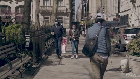 Pov-Slow-Mo-Aufnahme-Von-Menschen-Die-Masken-In-New-York-Manhattan-Während-Des-Ausbruchs-Der-Covid19-Coronavirus-Epidemie-Tragen-Menschen-Mit-Masken-2