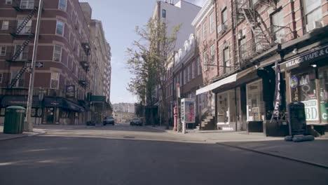 Pov-Aufnahme-Leerer-Straßen-Von-New-York-Manhattan-Während-Des-Ausbruchs-Der-Covid19-Coronavirus-Epidemie-Menschen-Mit-Masken-1