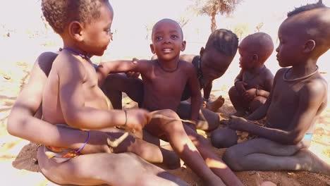 Süße-Himba-Stammeskinder-Afrikas-Spielen-Glücklich-In-Zeitlupe