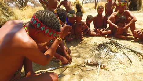 Bosquimanos-Tribales-San-Africanos-Hacen-Fuego-De-La-Manera-Tradicional-En-Una-Pequeña-Aldea-Primitiva-En-Namibia-África