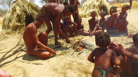 Bosquimanos-Tribales-San-Africanos-Hacen-Fuego-De-La-Manera-Tradicional-En-Una-Pequeña-Aldea-Primitiva-En-Namibia-África-2