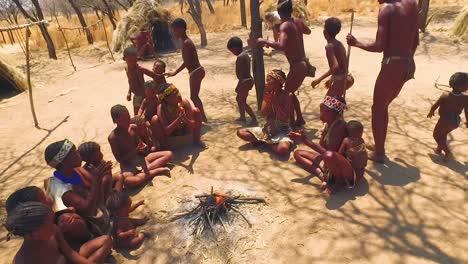 Bosquimanos-Tribales-San-Africanos-Realizan-Una-Danza-Del-Fuego-En-Una-Pequeña-Aldea-Primitiva-En-Namibia-África-2