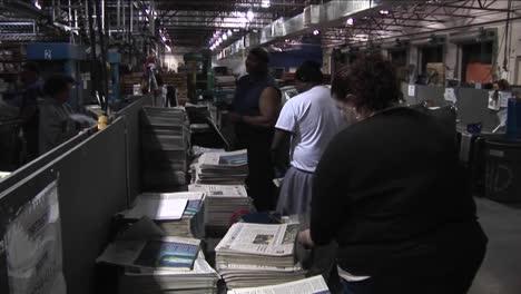 Los-Trabajadores-De-Una-Fábrica-De-Periódicos-Clasifican-Y-Apilan-Papeles