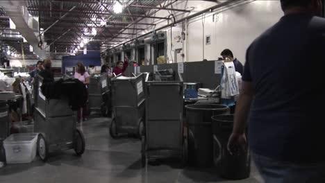 Panorámica-De-Los-Trabajadores-En-Una-Fábrica-De-Periódicos-Clasificando-Y-Apilando-Papeles