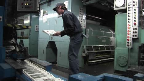 Los-Periódicos-Se-Mueven-A-Lo-Largo-De-Una-Línea-De-Montaje-En-Una-Fábrica-
