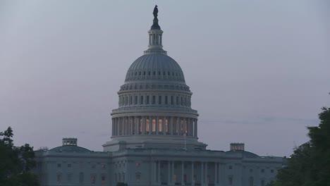 Un-Zoom-En-El-Edificio-Del-Capitolio-En-Dc-Al-Anochecer
