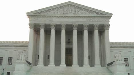 Un-Acercamiento-Al-Edificio-De-La-Corte-Suprema-En-Washington-Dc&gt-