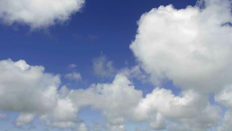 Lapso-De-Tiempo-De-Las-Nubes-Contra-El-Cielo-Azul-Avanzando
