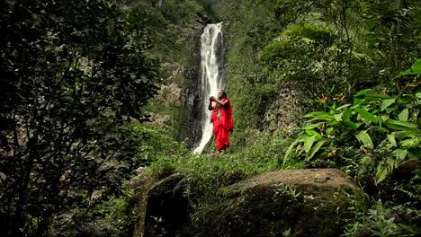 Un-Nativo-De-Hawaii-Realiza-Un-Ritual-Frente-A-Una-Cascada-Tropical