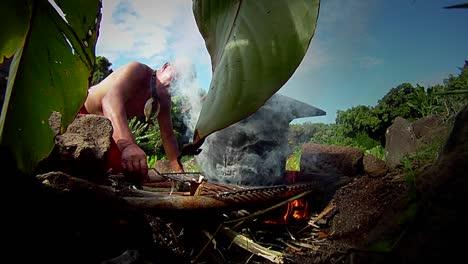 Un-Nativo-Hawaiano-Prepara-La-Raíz-Del-Tarot