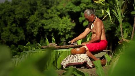 Un-Nativo-De-Hawai-Prepara-La-Raíz-Del-Tarot-Con-Las-Manos-1