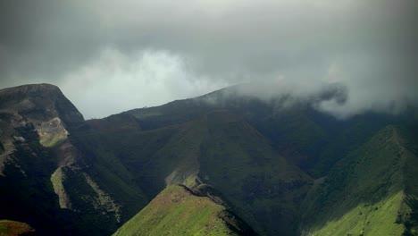 Wolken-Ziehen-über-Den-Regenwald-In-Hawaii