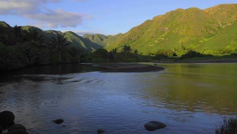 Un-Hermoso-Lapso-De-Tiempo-Se-Eleva-Sobre-Una-Laguna-Tropical-Al-Amanecer-