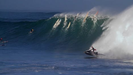 A-jet-skier-braves-huge-waves-in-Hawaii