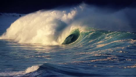 Beautiful-waves-roll-in-on-the-ocean