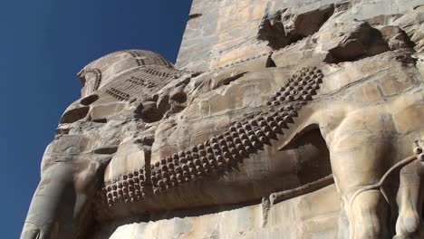 Ein-In-Stein-Gemeißeltes-Flachrelief-In-Den-Ruinen-Der-Antiken-Stadt-Persepolis-Im-Iran