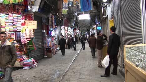Ein-Käufer-Geht-Durch-Einen-Basar-Im-Iranar