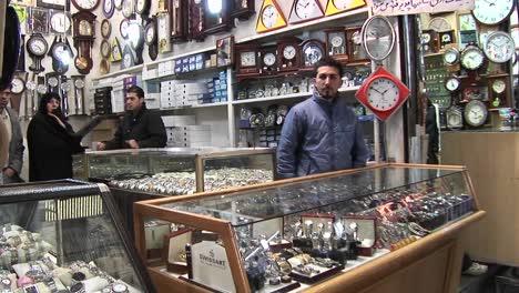 Ein-Verkäufer-Verkauft-Uhren-Auf-Einem-Basar-Im-Iran