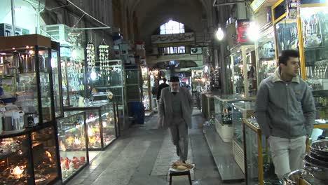 Ein-Käufer-Geht-Durch-Einen-Basar-Im-Iran-2