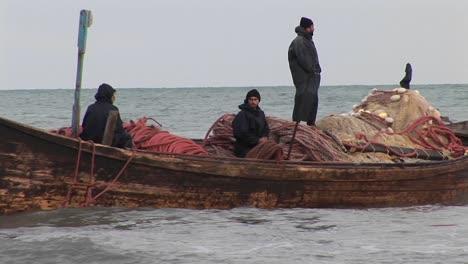 Fischer-übergeben-Ein-Boot-Im-Traditionellen-Stil-Im-Iran