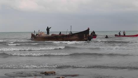 Fischer-Auf-Einem-Traditionellen-Boot-Und-Motorbooten-Vor-Der-Iranischen-Küste