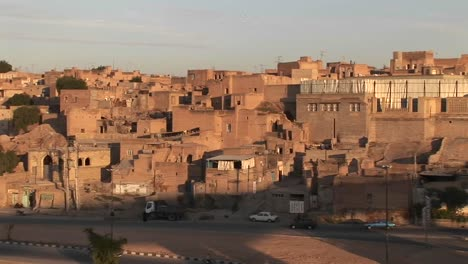 Eine-Stadt-Im-Iran-Mit-Einem-Gebäude-Mit-Grüner-Kuppel-2