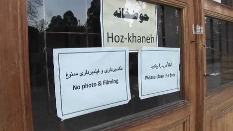 Schilder-An-Einem-Fenster-Im-Iran-Einer-Liest-Hozkhaneh-Die-Anderen-Verbieten-Das-Fotografieren-Und-Bitten-Die-Besucher-Die-Tür-Zu-Schließen