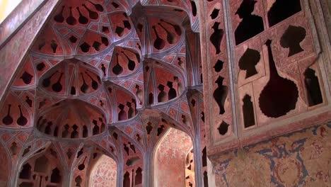 Dentro-Del-Palacio-De-Ali-Qapu-En-La-Plaza-Naqshe-Jahan-En-Isfahan-Irán
