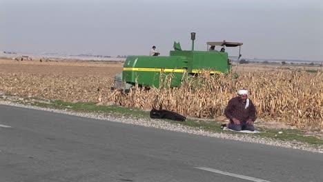Ein-Traktor-Pflügt-Ein-Feld-Im-Iran-1