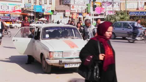 Männer-Gehen-Eine-Belebte-Stadtstraße-Im-Iran-Entlang