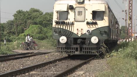 La-Gente-Espera-Para-Cruzar-Las-Vías-Del-Tren-Cuando-Pasa-Un-Tren