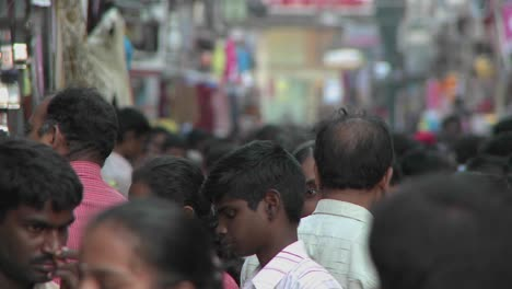 People-walk-on-a-crowded-street-in-India