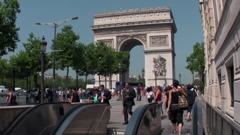 El-Arco-De-Triunfo-En-París-Con-Peatones