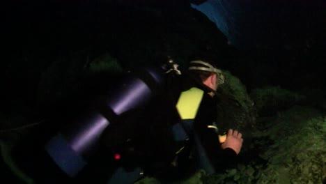 Un-Buzo-Explora-Cuevas-Submarinas-En-Florida-4