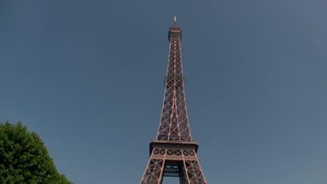 Handheld-tilt-up-to-Eiffel-Tower-parís-1