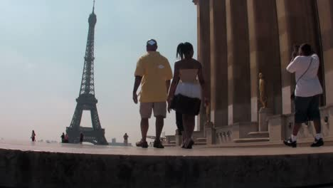 Tourists-walk-towards-the-Eiffel-Tower-in-paris