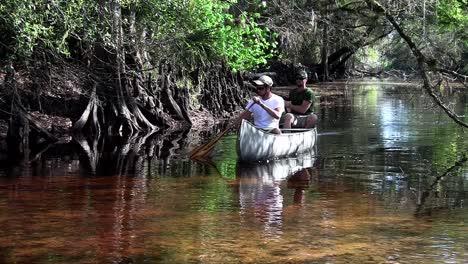 Dos-Hombres-Remar-En-Canoa-Por-Los-Everglades-De-Florida