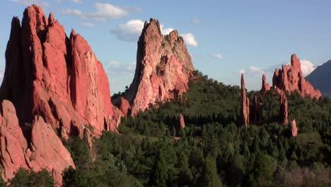 Sandstone-peaks-in-Canyonlands-National-Park-2