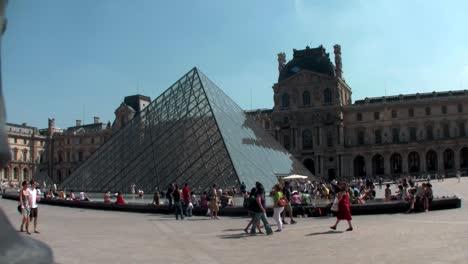 Handheld-Aufnahme-Von-Menschen-Die-Vor-Dem-Louvre-In-Paris-Gehen