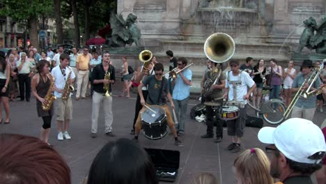 An-1-shot-of-París-street-dancers-and-musical-performers
