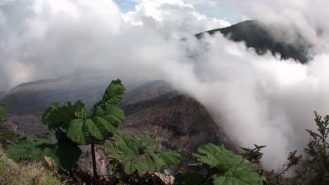 Disparo-De-Mano-Del-Volcán-Poas-En-Costa-Rica-Fuma-Y-Vaporiza