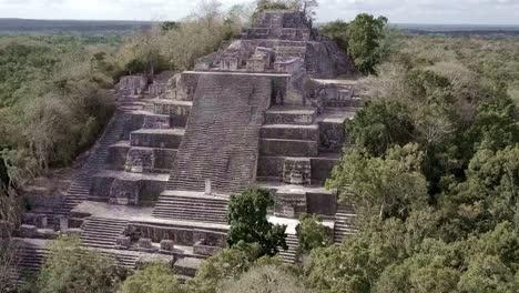 Beautiful-vista-aérea-flying-towards-the-mayan-Calakmul-Temple-in-the-Mexican-Yucatan